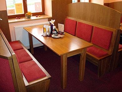 Jídelní kout, lavice i stůl masiv dub, obklady lamino desky